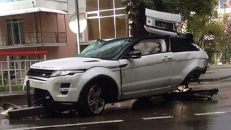015200BE07995818-c1-photo-russie-un-range-rover-evoque-tombe-d-un-autopont