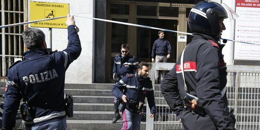 4612656_3_7c38_des-policiers-italiens-devant-le-tribunal-de_3f09224cbb381f256f57ee7cc769460c